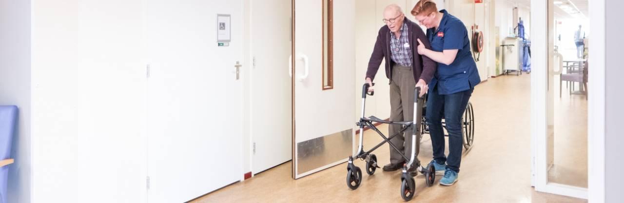 Klant revalidatie met fysiotherapeut