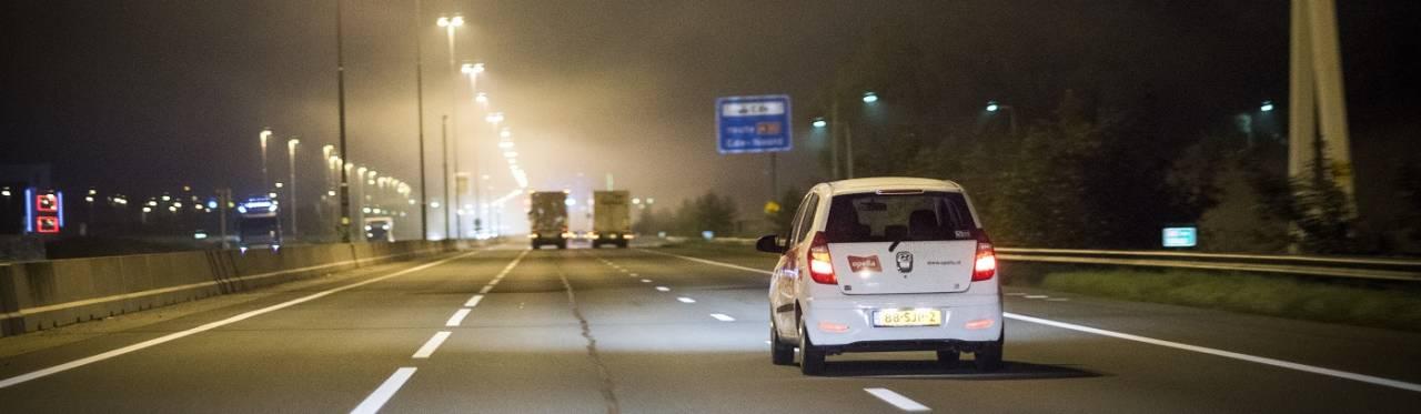 Opella-auto 's nachts